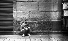 Alone (4foot2) Tags: donostia basque basquecountry spain alone kid child streetphoto streetshot street streetphotography candid candidportrate reportagephotography reportage people peoplewatching interestingpeople shootfromthehip sitting city monochrome mono bw blackandwhite film filmphotography 35mmfilm 35mm 35mmf35 35mmf35summaron 1932 1932leica leica111 summaron rangefinder zonefocus guess analogue rollleiretro400s rolleiretro 400s standdevelop rodinal 2016 fourfoottwo 4foot2flickr 4foot2photostream 4foot2 sansebastin