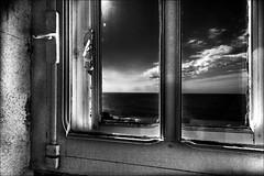 Double vitrage (vedebe) Tags: fentre phare bretagne noiretblanc netb nb bw mer ocean bateaux ciel port ports architecture