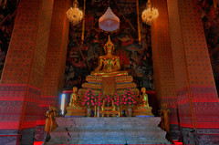 Wat Kalayanamit Bangkok tour_E10962075-026