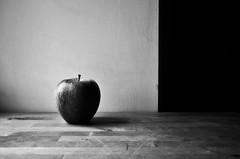 RED (Tinina67) Tags: life wood red bw colour rot apple monochrome wall still wand tina sw holz apfel leben tinina67