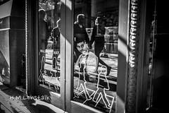 MONO2397 (H.M.Lentalk) Tags: leica m typ 240 summilux summiluxm 28mm 28 f14 14 114 11428 oz aussie australia australian street sydney black white people urban life city asph monochrome typ246