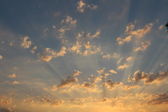 (colorinspirit) Tags: sunset goldenhour rays sunshine goldenclouds