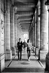 Sous les arcardes  [explored 2016 August 23] (LACPIXEL) Tags: jeunes jovenes youngpeople paris france capitale street rue calle urbain urban urbano noiretblanc blackandwhite blancoynegro nikon nikonfr flickr lacpixel sigma colonnes colonnade