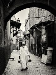 Life Fragments @ Marrakech (i) (Jos Carlos Costa) Tags: marocco marrocos marrakech street people arab life bw jccosta canon6d
