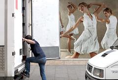 Les danseurs (Bernard Chevalier) Tags: street paris art danse humour camion travail ville femmes mouvement livraison danseuses travailleur