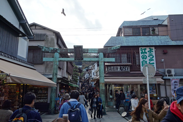 3連休で混雑する江ノ島の参道
