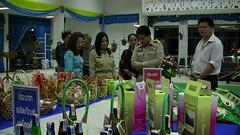 Iนายชูชาติ กีฬาแปง ผู้ว่าราชการจังหวัดพะเยา ได้เยี่ยมชมผลิตภัณฑ์ OTOP จาก ๙ อำเภอ ที่สมัครเข้าสู่กระบวนการคัดสรรสุดยอดหนึ่งตำบล หนึ่งผลิตภัณฑ์ไทย ของจังหวัดพะเยา ปี ๒๕๕๕ ที่ศาลาประชาคมจังหวัดพะเยา