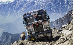 inches from the edge... approx 13k ft. drop!!! (R. Mitra) Tags: truck nikon accident explore driver 70300mm himachal himalayas oiltanker earthasia