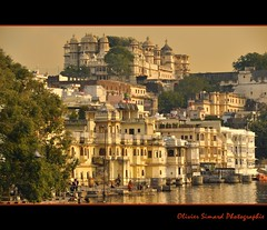 City Palace and Gangaur ghat in Udaipur (Olivier Simard Photographie) Tags: india water architecture buildings temple gold evening eau fort or femme palace palais soirée akbar rajasthan sacré udaipur citypalace inde bagheera octopussy hindouisme sadri maharadjah udaïpur picholalake lacpichola gangaurghat mygearandme mygearandmepremium mygearandmebronze mygearandmesilver mygearandmegold mygearandmeplatinum mygearandmediamond palaisdurânâ rânâpalace rajaangan oliviersimardphotographie httpelephantravelcom