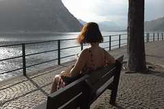 inguine leonardesco 231 - La lettrice (Alberto Cameroni) Tags: lagodicomo lagodilecco lecco lungolago lettrice capelli collo leica leicaxtyp113 poesia mariellamehr