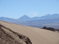 """Le désert d'Atacama: vue sur des volcans enneigés et dont un fume depuis la Vallée de la Mort <a style=""""margin-left:10px; font-size:0.8em;"""" href=""""http://www.flickr.com/photos/127723101@N04/28605643183/"""" target=""""_blank"""">@flickr</a>"""