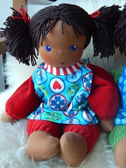 Fr Mara_30042016_mit Kittelchen (Puppenhandwerk Prsch) Tags: clothdoll waldorfdoll steinerdoll cuddledoll ecologicaldoll organicdoll handcrafted dollmaker dollmaking doll companiondoll darkskinneddoll africandoll