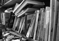 Les Vertus du Vinaigre (Ren-s) Tags: blackandwhite noiretblanc bokeh livre book contrast bibliothque library shop bookshop magasin magasindelivres bruxelles brussels belgique belgium europe