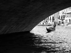 Sous le pont du Rialto (acid_nam) Tags: blackandwhite biancoenero bnw bn canalgrande gondola gondole gondoliere venise venezia rialto