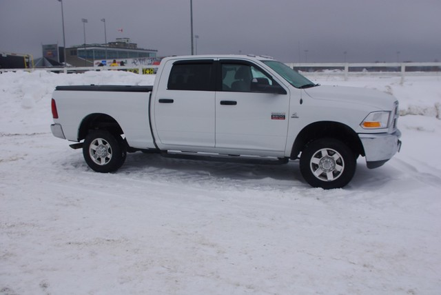 snow aluminum closed s pickuptruck dodge ram 270 diamondback diamondplate whitetruck tonneaucover truckbedcover dr09 passengersideview wholetruck blacklinex ruggedblack hardtruckbedcover