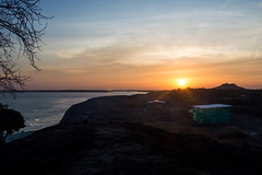 Un refugio bajo el sol (Mafe Ramirez) Tags: maferamirez contraluz casa choza cambuche atardecer sunset caminoalsol sol colores rio agua