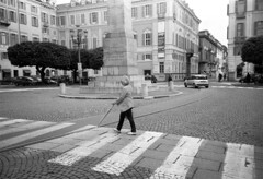 Torino (Valt3r Rav3ra - DEVOted!) Tags: lomo lomography lca lomolca ilfordhp5 bw biancoenero blackandwhite torino streetphotography street sovietcamera monocromo valt3r valterravera visioniurbane urbanvisions 35mm film urban piemonte persone people analog