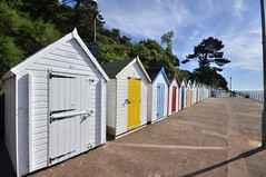 '& a yellow one, n' all made out of ticky tacky........... (petefreeman75) Tags: huts beach devon