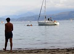 Tarde en la playa (DoscafesparaPaula) Tags: lastres puerto sol luz playa mar asturias espaa spain beach ocean boat