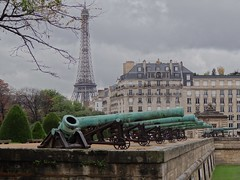 The Invalides: Ready for battle. Paris (wcsanford) Tags: paris france eiffeltower eiffel invalides cannon cannons theinvalides