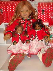 Tivi mit Leleti und Reki (Kindergartenkinder) Tags: reki dolls annette tivi trachten himstedt kindergartenkinder leleti schluchtenscheiser