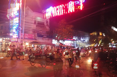 Siem Reap At Night (Coquine!) Tags: christianleyk siemreap cambodia night nacht kambodscha asia southeastasia motorbikes bikes traffic verkehr motorrad