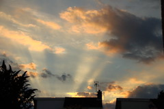 Evening Sunrays 1 (Tony Howsham) Tags: canon eos70d sigma 18250 evening sky sun rays cloud