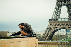 Souvenirs de Paris-Memories from Paris (Cedpics) Tags: paris france monument girl souvenirs autoportrait eiffeltower tourist toureiffel trocadero fille touriste thephotographyblog fujixpro1 fujinonxf60mmf24