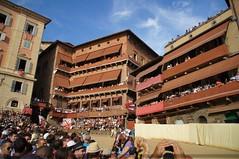 Mi perspectiva (SantiMB.Photos) Tags: people buildings geotagged edificios italia gente ita siena toscana tamron 18200 palio italians vacaciones2012 geo:lat=4331853533 geo:lon=1133216143