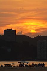 Final do Natal (De Santis) Tags: sunset summer brazil sky orange sun sol praia beach brasil skyline nikon do sãopaulo laranja sigma céu final sp santos end verão paulo 70300mm são por pôr sãovicente d5100 fernandodesantis