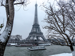 Il neige sur Paris - 20 janvier 2013 (y.caradec) Tags: bridge trees winter snow paris france tree tower lumix europe ledefrance tour hiver eiffeltower eiffel arbres toureiffel pont neige eiffelturm arbre iledefrance quai barge barges peniche peniches parissouslaneige 012013 eiffelturmkleidet fz200 ilneigesurparis 200113 dmcfz200 janvier2013 01202013 20012013