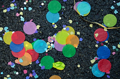 _DSC6435 (adrizufe) Tags: confetti asfalto colores bilbao astenagusia2016 granvia desfileballena fiestas basquecountry bizkaia summer16 verano16 streetphotography urban aplusphoto ngc nikonstunninggallery nikon d7000 adrizufe adrianzubia