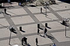 En la plaza (mandoft) Tags: sombra persona sweden stockholm plaza gente estocolmo suecia stockholmsln se