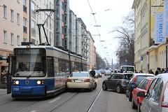 Taxi zur Tram (Stadtneurotiker) Tags: munich münchen taxi publictransport streetcar 27 tramway mvv öpnv трамвай mvg maxvorstadt adtranz tramvai strasenbahn stadtneurotiker typer2 barerstrase