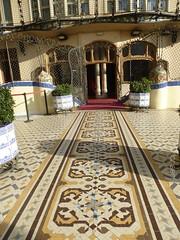 Barcelone - Casa Batlló (larsen & co) Tags: barcelona architecture spain patio artnouveau gaudi balconies espagne barcelone modernisme antonigaudi balcons trencadis casabatló puitsdelumière casbatlo
