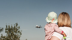 Neugierig (FalkWussow) Tags: baby frau tochter flugzeug airplane plane