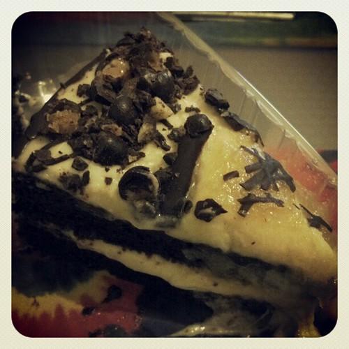 Yumm!!! Mountain Mama's wheat-free, vegan chocolate ginger cake. Topped w/ vanilla icing and chrystalised chocolate covered ginger bits. #whatveganseat