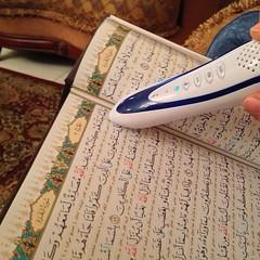قلم رائع يوضع أمام آيات القران الكريم فيقوم بالقراءة بأصوات متعددة لأشهر المقرئين ، رااائع
