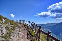 Camino al cielo (Japo Garca) Tags: camino cielo valla nubes montaas curva azul paisaje