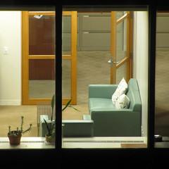 Open Door Policy (Robert Saucier) Tags: door nyc newyorkcity light usa plant window glass night plante carpet office bureau lumire manhattan tapis noflash couch porte cushion cristal nuit fentre hopper canap vitre tatsunis coussin img7347