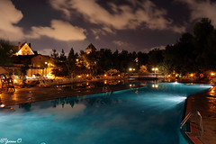 Pool at Night (Yvonne Oelsner) Tags: portaventura hotelgoldriver salou themeparkhotel langzeitbelichtung longexposure nightshot swimmingpool sky clouds urlaub holiday vacation