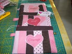 Sempre necessairie (Nena Matos) Tags: happy rosa hugs patchwork courage tecidos stoffa borsetta aplicaçao necessairie borsinha