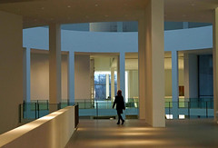 Abend im Museum (dorena-wm) Tags: november light woman lines silhouette museum architecture munich mnchen licht floor linie curves gang architektur frau rund 2012 pinakothekdermoderne pinakothek aben devening dorenawm nex7