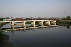 ....in panoramica (Maurizio Zanella) Tags: bridge river italia fiume trains ponte zeus railways aw alessandria treni ferrovie autoslaaptrein tanaro eetc e483006 gtsrail arenaways