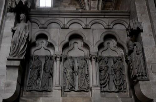 Bamberg (Alemania). Catedral. Interior. Coro este. Estatuas del ángel sonriente y san Dionisio y altorrelieve con santos