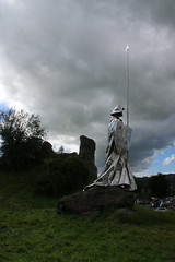 Llewelyn Ap Gruffydd statue. (aitch tee) Tags: llandovery castles llewelynapgruffydd statue historic walesuk castleruins ancienthistory walesonlinephotographyflickrgroup