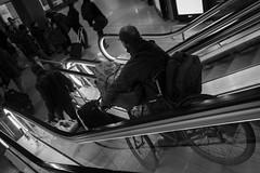 Descente (Franois Maillot) Tags: blackandwhite paris bike noiretblanc metro mtro escalator vlo rx100 sonycybershotdscrx100