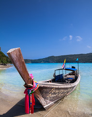 Long Tail Boat (gstening) Tags: blue sky beach ex water clouds canon thailand island eos boat long phi crystal mark flag tail sigma bluesky clear ii thai 5d ribbon kohphiphi phiphiisland sigma20mmf18 canoneos5dmarkii phiphibeach sigmaex20mm sigmaex20mm18 sigmaex2018dg