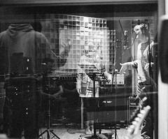 PurephonicSession-024 (Peter Bongard) Tags: leica musician white black mamiya 35mm studio frank 50mm media fuji simone björn pop iso 1600 summicron peter mai vision ii seven soul funk precision groove plugin plus gail medium format neopan session mp f2 benjamin 50 hartmann ilford gospel kamilla recording augsburg gino rz67 502 panf 352 imacon summicronm flextight negpos riccitelli bongard flexcolor colorperfect höfliger purephonic