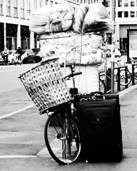 casamobile (giallinovagabondo) Tags: street city bw italy milano inverno oggetti bicicletta valige febbraio2012